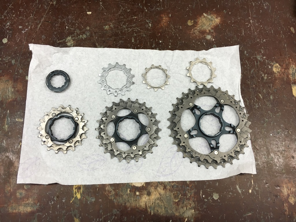 Fahrradkette und Zahnräder am Mountainbike sind verschlissen